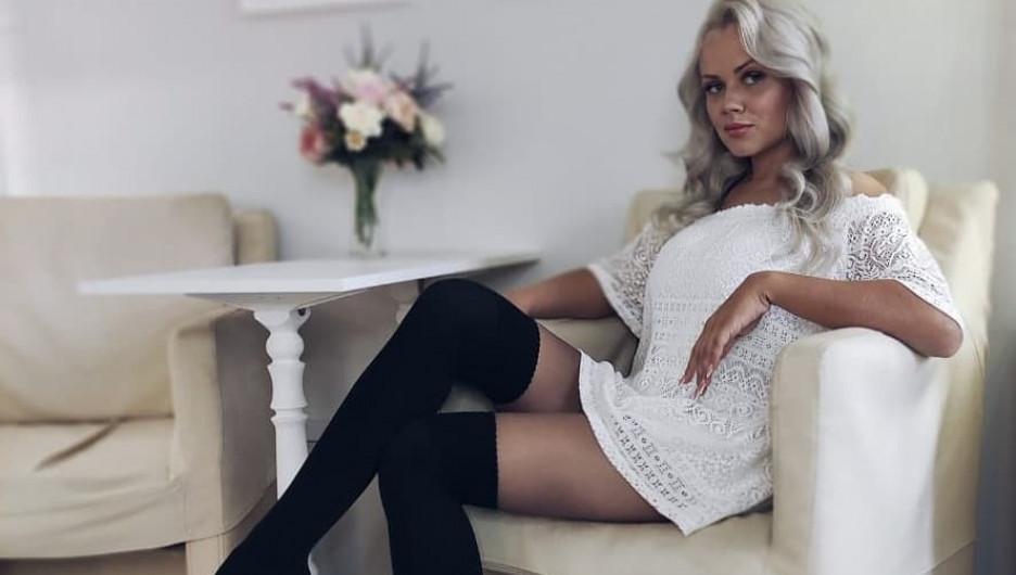 Блондинка из Красноярска работает водителем грузовика.
