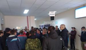 Барнаульцы в очереди на регистрацию транспортного средства.
