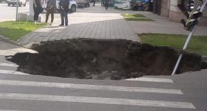 Провал на пешеходном переходе в Барнауле.