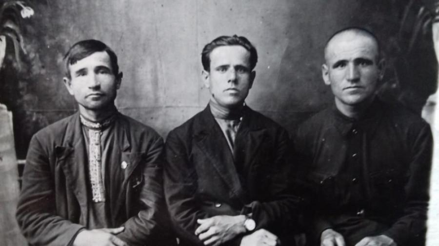 Проводы Антона Бавыкина на фронт. 17 сентября 1941 г. Слева направо братья Бавыкины: Михаил, Кузьма и Антон.