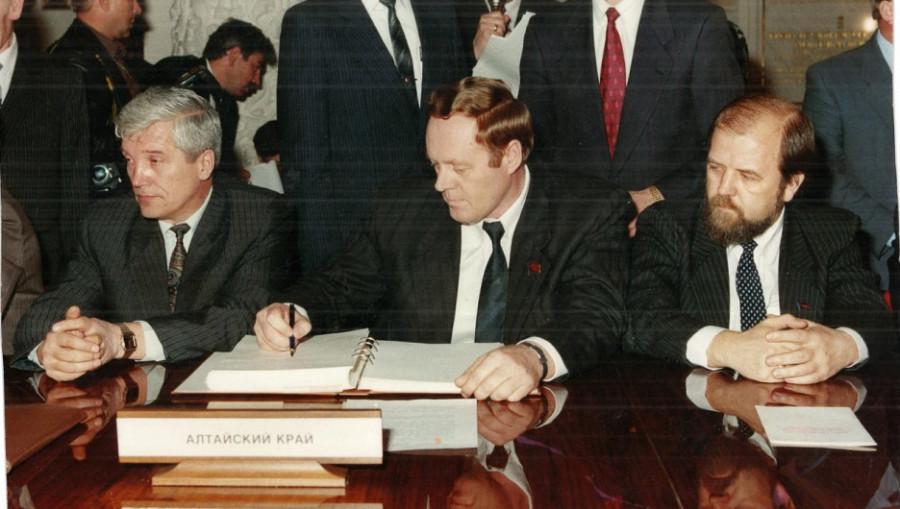 Спикер парламента Александр Суриков (крайний слева) и губернатор края Владимир Райфикешт (второй слева). Начало 1990-х.