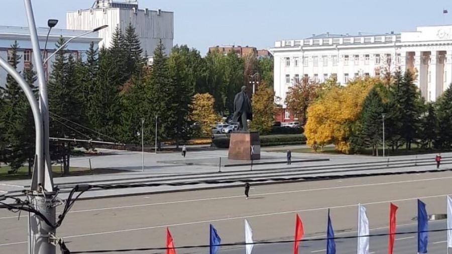 Матерное слово на памятнике Ленину.