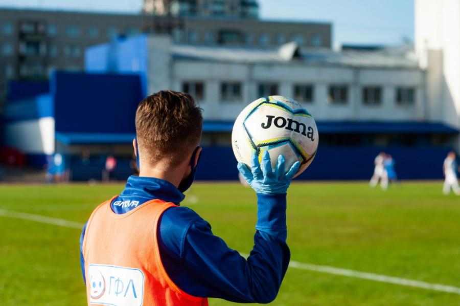 """Футболисты """"Динамо-Барнаул"""" провели свое первый матч в новом сезоне при зрителях."""