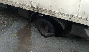 Под грузовиком в Барнауле рухнул асфальт.