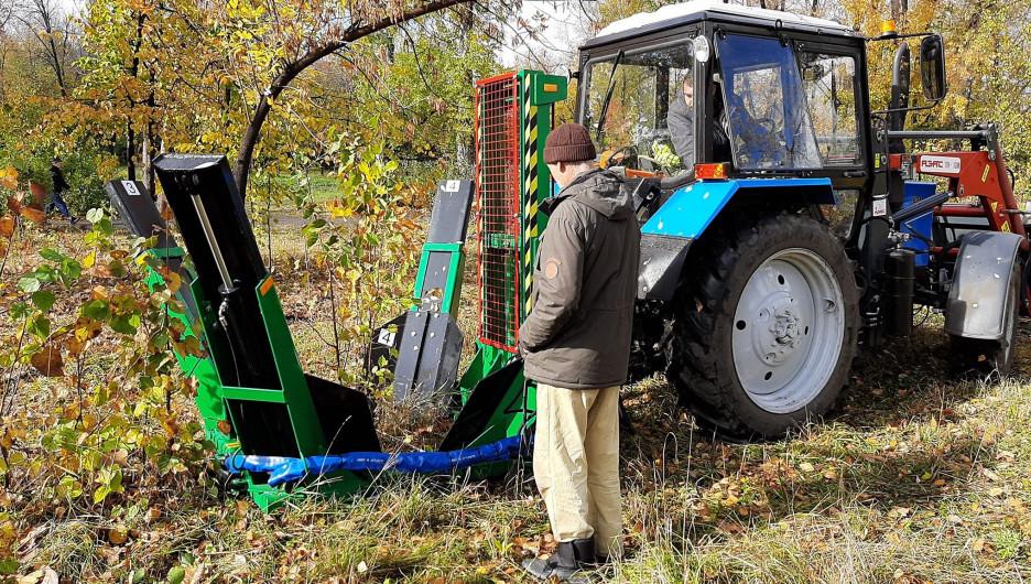 """Новая техника для посадки крупномеров в парке """"Изумрудный""""."""