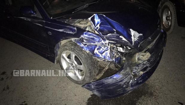 Водитель протаранил несколько авто в Барнауле.