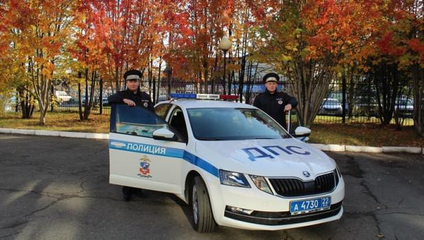Инспекторы ДПС спасли людей из пожара в Барнауле.