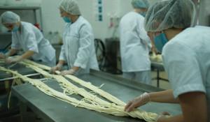 Барнаульские студенты заплели самую длинную сырную косичку.