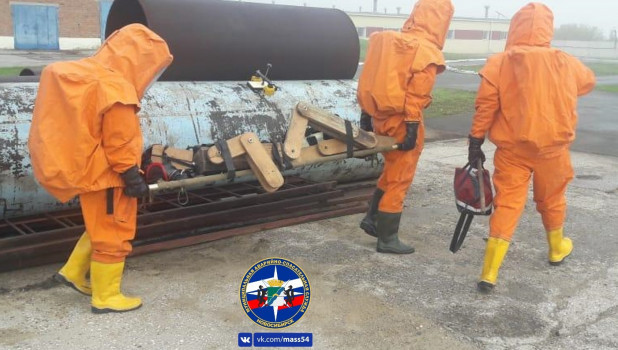 Спасатели спасают деревянного человечка.