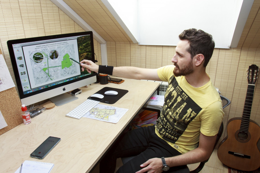 Андрей Атаджанов в архитектурной мастерской.