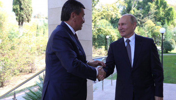 Владимир Путин с президентом Киргизии Сооронбаем Жээнбековым.