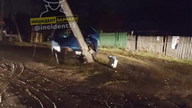 Водитель в Новоалтайске врезался в столб.