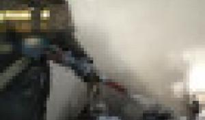 Пожарные тушат автомобиль.
