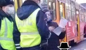 Полиция и нарушительница масочного режима.