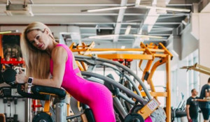 Барнаульская спортсменка фитнес-бикини Лариса Замышляева.