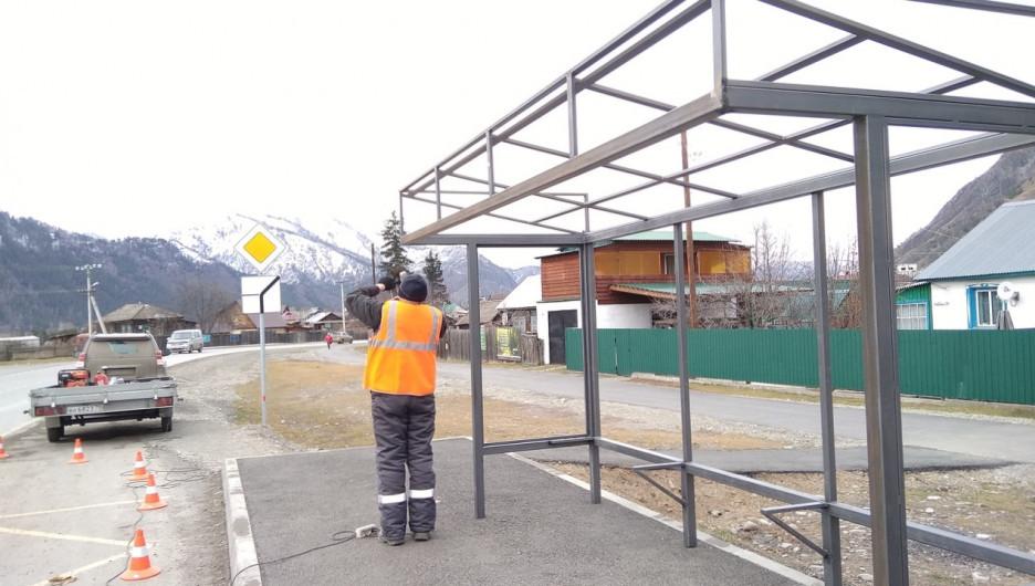 Монтаж остановочных павильонов в Чемале.
