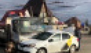 Авария с участием такси и манипулятора.