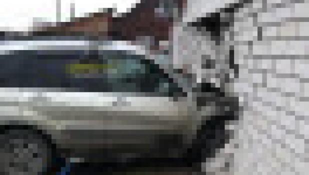 Автомобиль пробил строение в Новоалтайске.