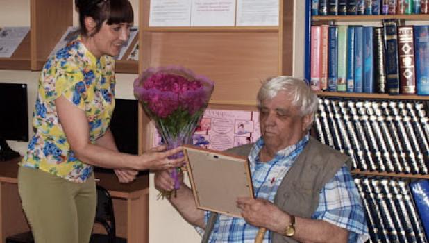 Анатолий Штань на своей выставке в библиотеке.