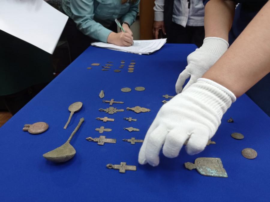 Краеведческому музею передали на хранение археологические ценности, изъятые у черных копателей.