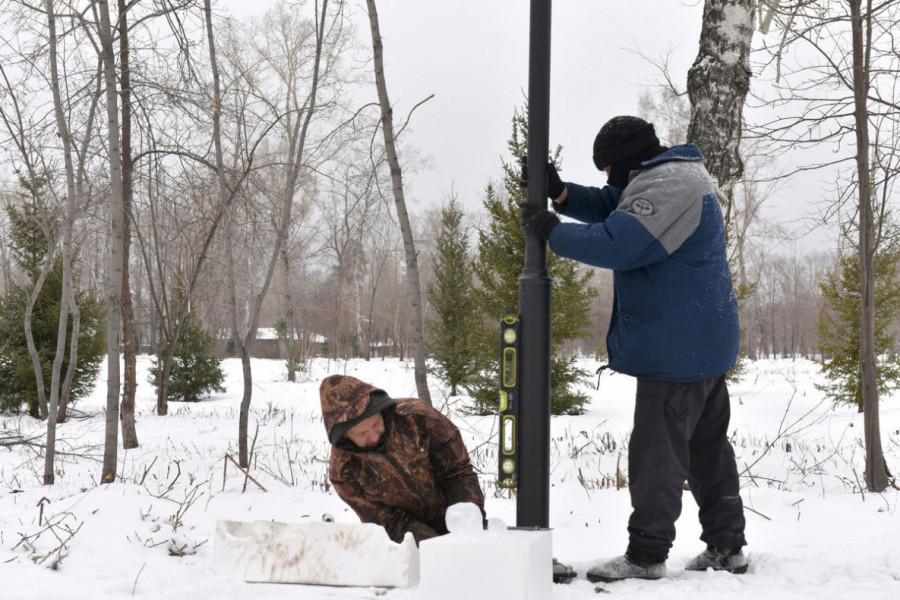 В барнаульском парке «Изумрудный» появились новые стильные фонари.