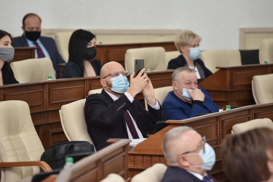 Сессия АКЗС 27 ноября 2020 года. Владислав Вакаев снимает на телефон.