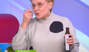 Елена Малышева пробует льняное масло.