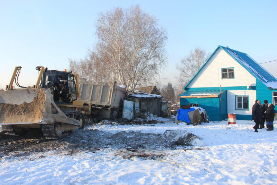 КамАЗ врезался в сарай в Змеиногорске.