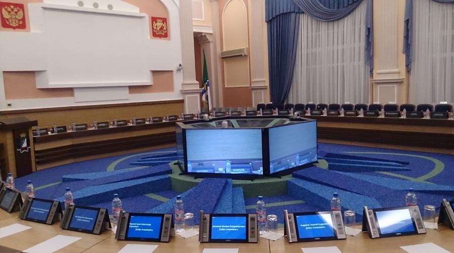 Зал для горсовета депутатов в здании администрации Новосибирска.