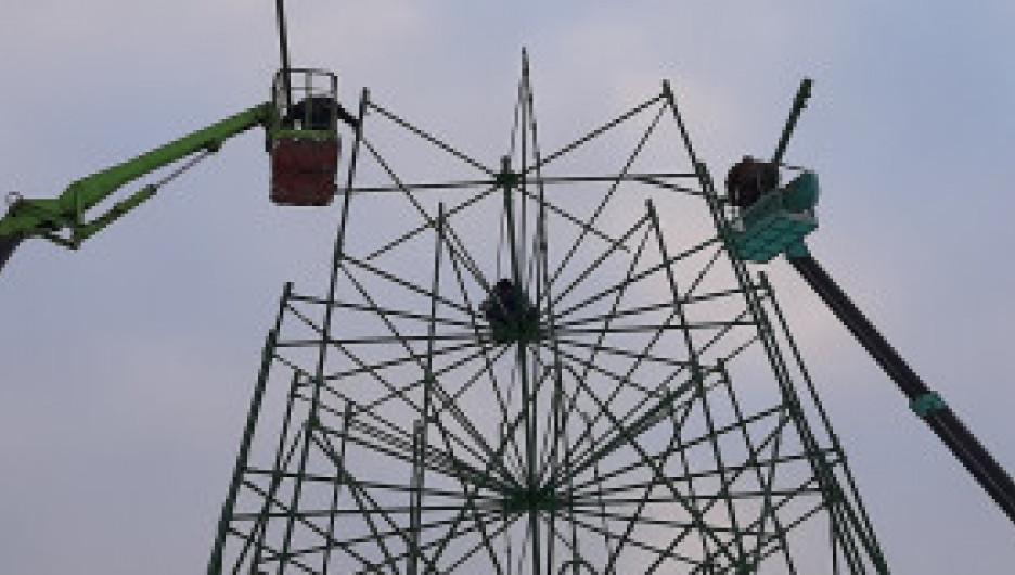 На площади Сахарова обустраивают главную новогоднюю площадку Барнаула.