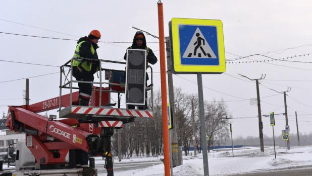 Установка светофора на Речном вокзале в Барнауле.