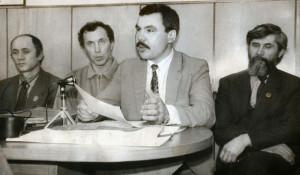 Алтайские альпинисты проводят пресс-конференцию перед отправкой в экспедицию на Эверест. Выступает Иван Плотников.