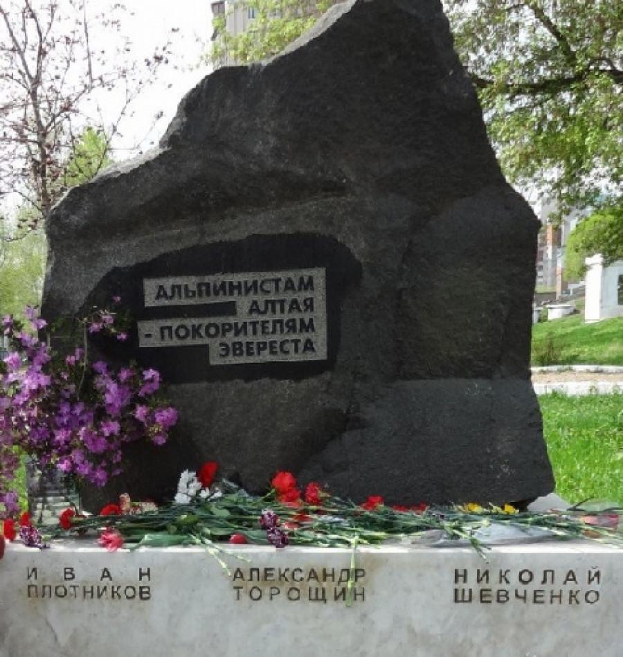 Памятник погибшим альпинистам.