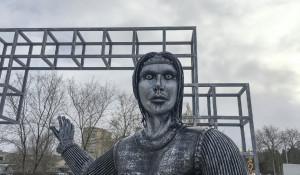 Памятник Аленке в Нововоронеже.