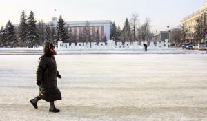 Ледяная надпись «Спасибо врачам» в центре Барнаула.