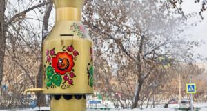 Расписной самовар на теплотрассе в Барнауле.
