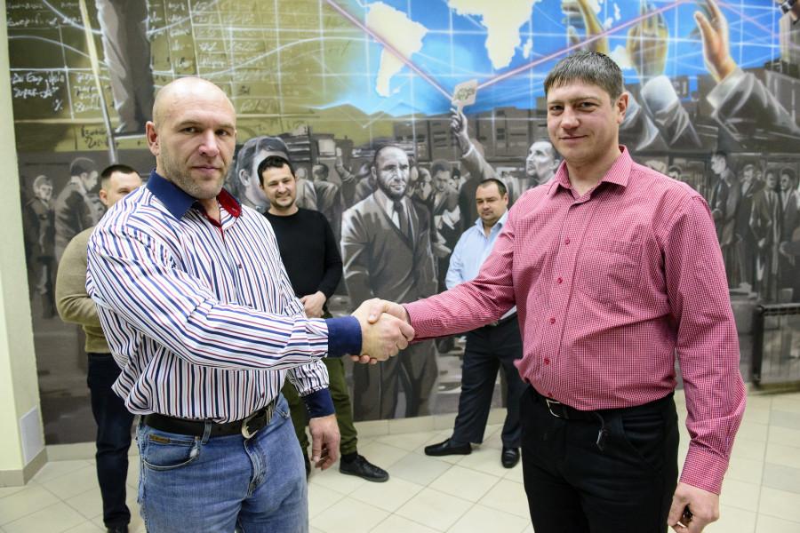 Компания «АлтайАгроСектор» наградила сотрудника автомобилем УАЗ «Патриот».