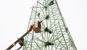 В Барнауле разбирают главную новогоднюю елку и снежный городок.