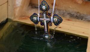 Крест в купеле. Крещение.