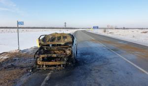 На алтайской трассе сгорел автомобиль такси.