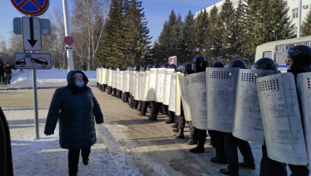 """При """"поддержке"""" бойцов ОМОН в Барнауле прошла несанкционированная акция в поддержку Навального"""