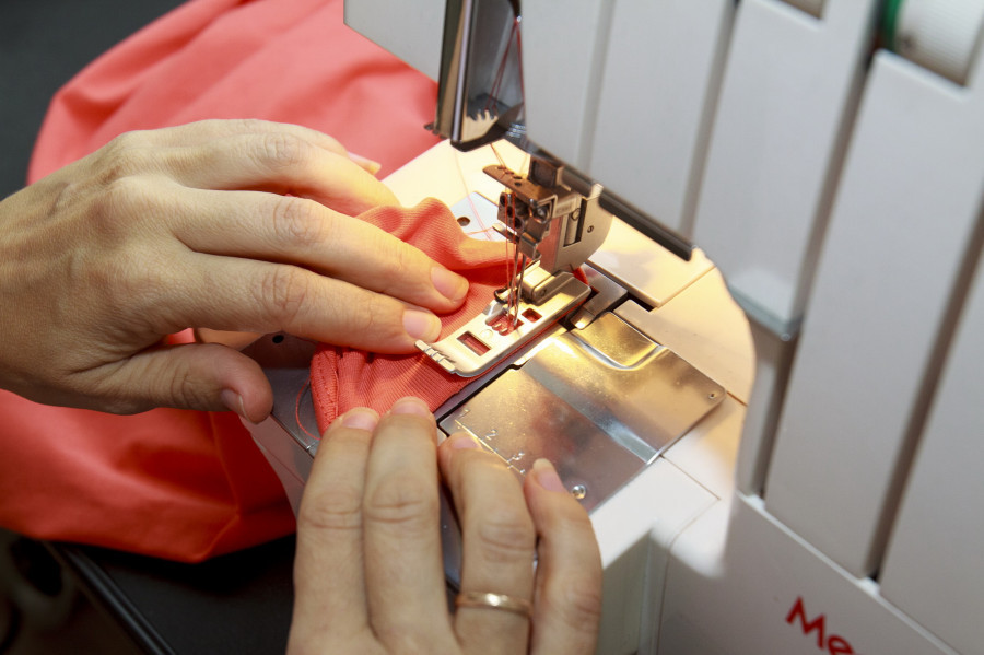Работа за швейной машиной.