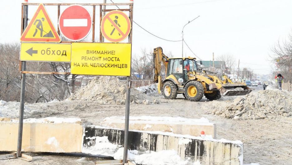 Работы по реконструкции моста через реку Барнаулку.