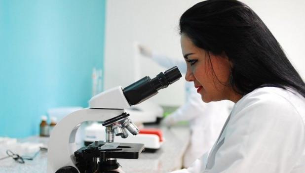 Ученый за микроскопом.