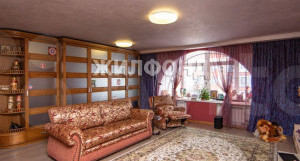 В Барнауле продается трехуровневая квартира с роскошной библиотекой почти за 30 млн рублей.