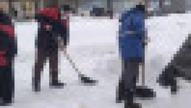 Волонтеры и депутаты очистили от снега памятные места в Барнауле.