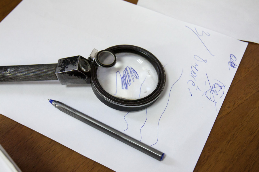 В кабинете у почерковеда.