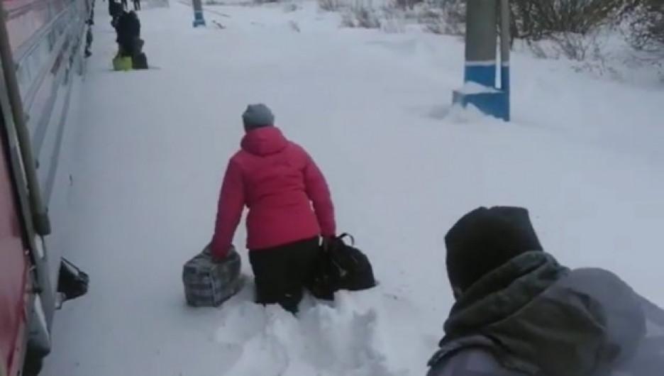 В РЖД прокомментировали высадку пассажиров поезда в глубокий сугроб на Алтае