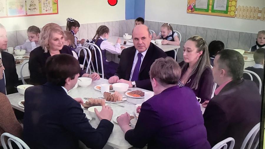 Михаил Мишустин с чиновниками в барнаульской школе.