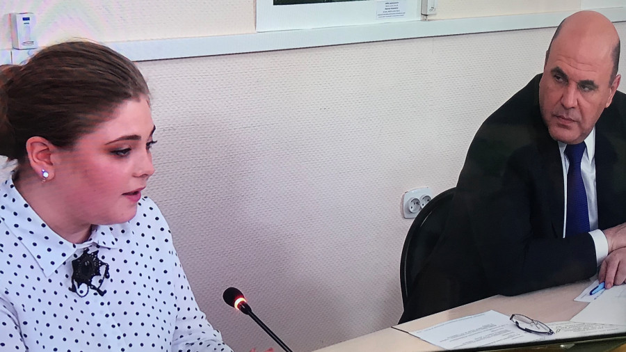 Учитель из Романовского района Вероника Вышиденко и премьер-министр РФ Михаил Мишустин.